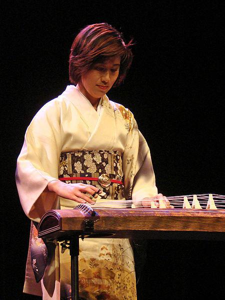 Mieko Miyazaki playing koto (image)
