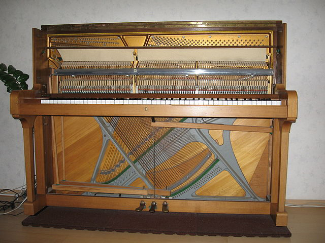 Cross stringing in piano (image)