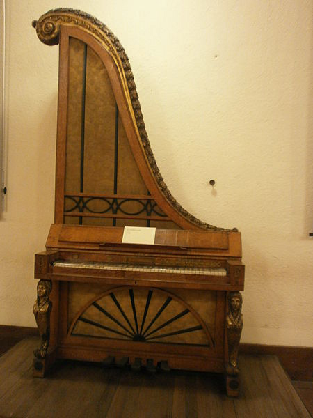 Giraffe piano of the 19th century (image)