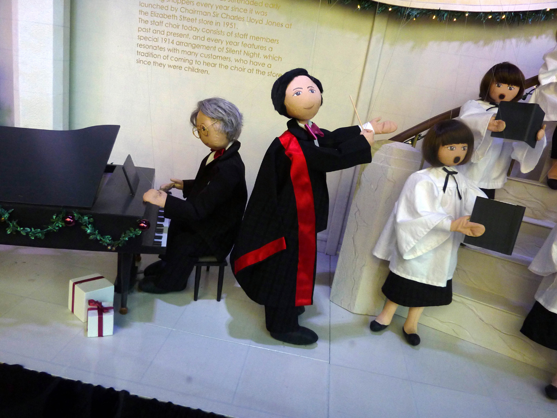 Piano and choir in diorama (image)