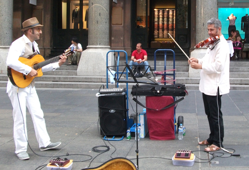 Guitarist and violinist from the Balkan Duo (image)
